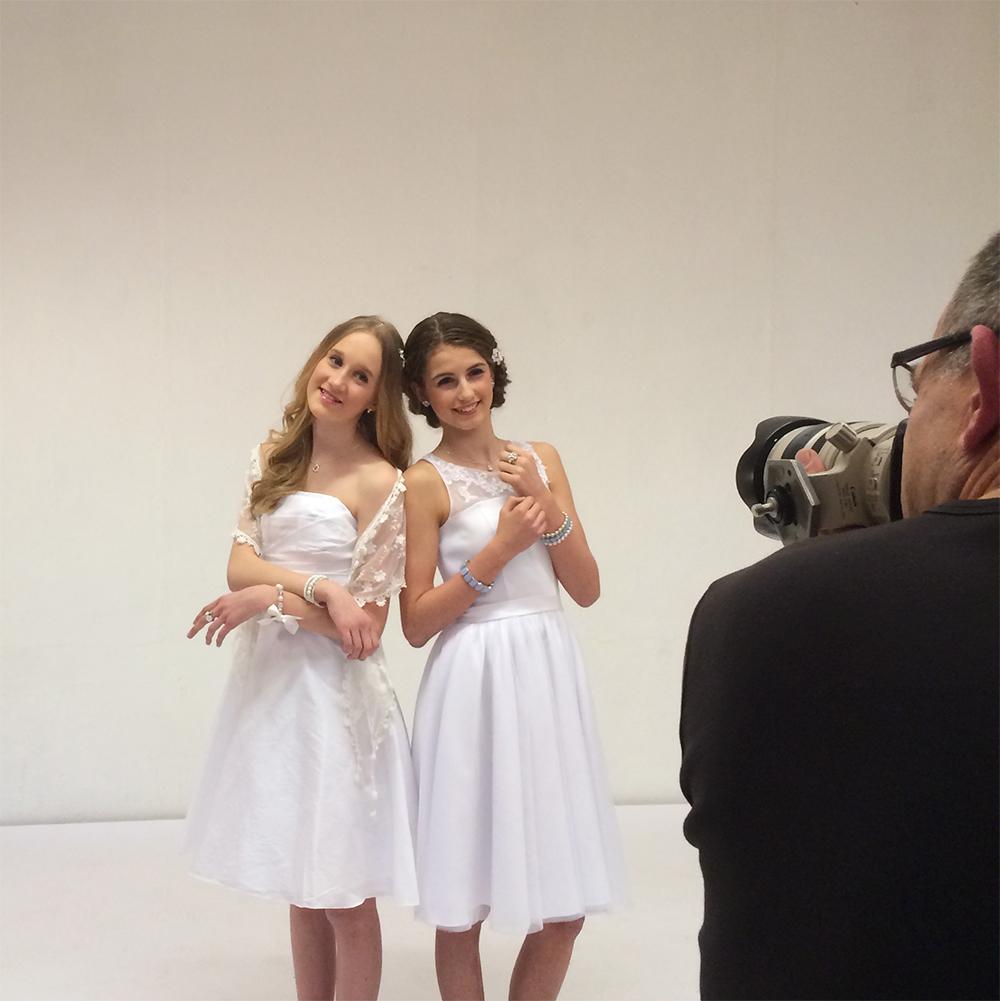 Behind-the-scenes,-konfirmations-kagne,-six,-smykker,-lilly-kjole